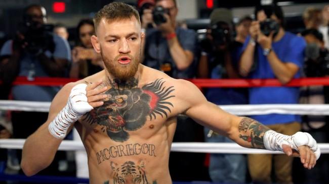 Conor McGregor dianggap telah melakukan keputusan salah menerima tawaran bertarung tinju melawan Floyd Mayweather Jr. yang memiliki rekor selalu menang dari 49 pertarungan sebelum pensiun pada 2015. (REUTERS/Steve Marcus)