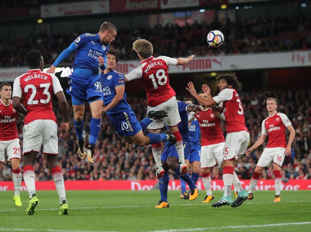 Selepas pergantian babak, Arsenal mendapatkan pukulan lain lagi. Vardy mencetak gol keduanya dan membawa skor 3-2 untuk keunggulan Leicester. (Foto: Istimewa)