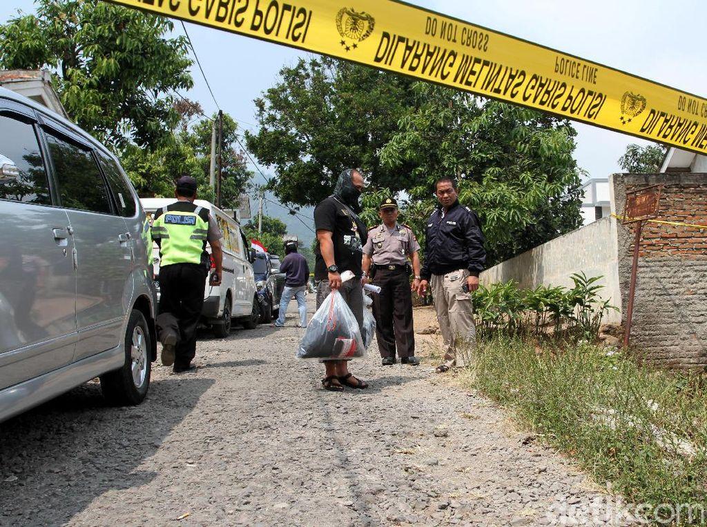 Polisi menemukan baju militer serta senjata tajam jenis sangkur di rumah tersebut.