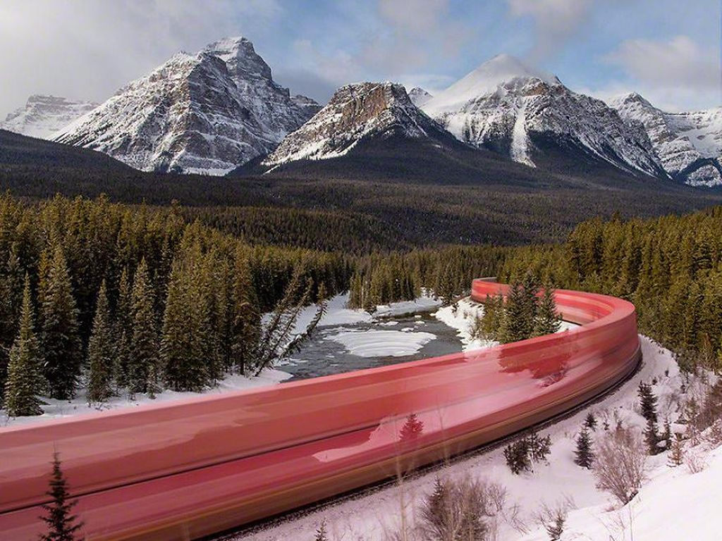 Yang warna merah ini adalah foto kecepatan kereta api yang melintasi gunung salju di Kanada. (Foto:DonTago/boredpanda)
