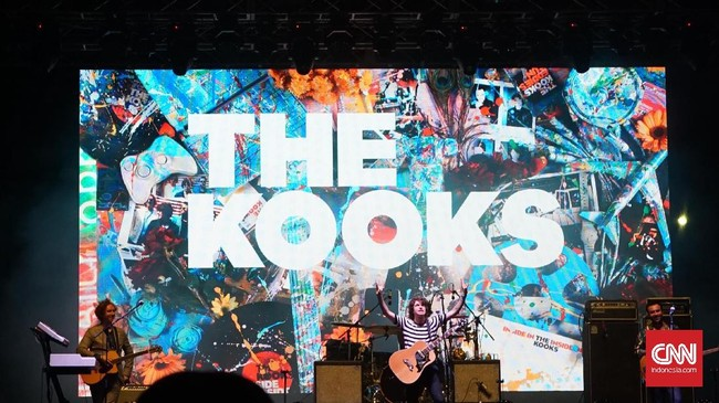 <p>Grup musik asal Inggris The Kooks didapuk sebagai penutup gelaran hari pertama WTF 2017 dengan menyuguhkan 15 lagu andalan termasuk Bad Habit, Junk of the Heart (Happy), Shine On, serta Naive.</p>