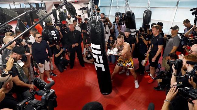 Conor McGregor memukul samsak dalam latihan terbuka. McGregor tetap percaya diri menghadapi Floyd Mayweather Jr. meski tidak punya pengalaman bertarung di ring tinju. (REUTERS/Steve Marcus)