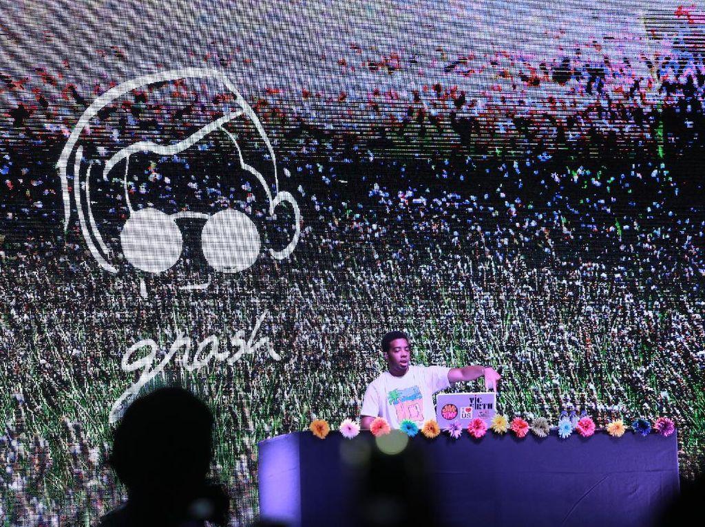 DJ tersebut membawakan tiga lagu hingga Gnash datang bersama seorang pemain gitar. Foto: Hanif Hawari/detikHOT