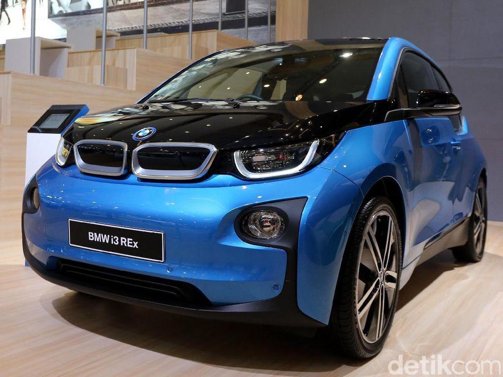 BMW i3 memiliki konsep yang sama dengan BMW i8. Dengan sama-sama menggendong motor listrik, setiap proses dan bahan yang digunakan dalam produksi berorientasi pada konsep kendaraan masa depan.