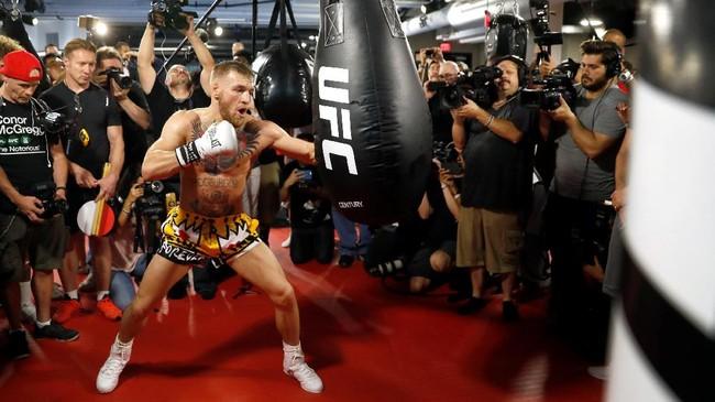 Conor McGregor dikhawatirkan sejumlah pihak akan menggunakan pukulan ala UFC ketika melawan Floyd Mayweather Jr. Jika hal itu terjadi, maka McGregor akan terkena penalti. (REUTERS/Steve Marcus)