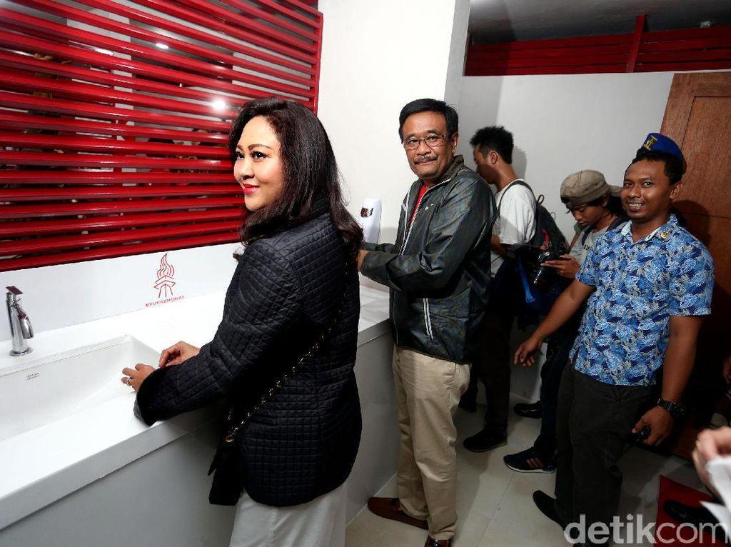 Gubernur Djarot meninjau fasilitas toilet untuk disabilitas yang dibangun dari program CSR PT Coca Cola Indonesia.