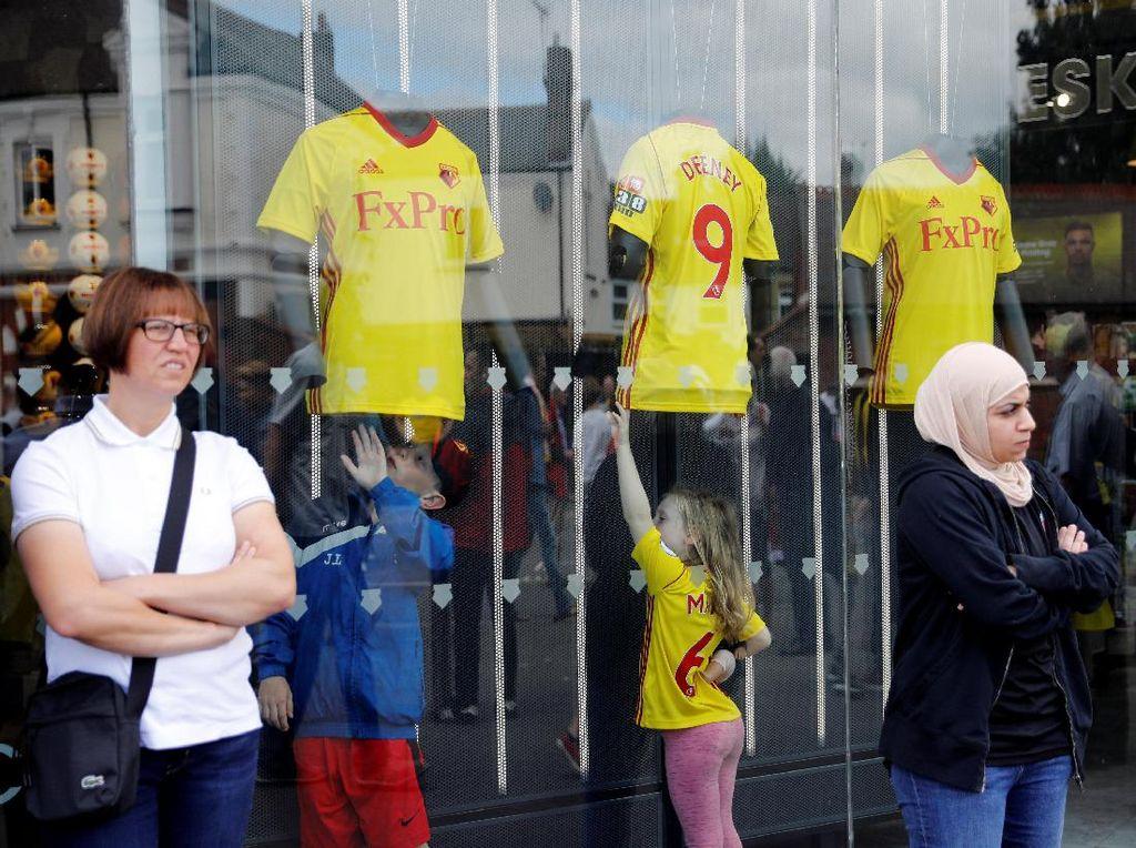 Fans Watford cilik tengah berada di store klub tersebut (Foto: REUTERS/Darren Staples)