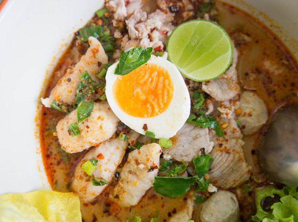 Kalau sedang ingin yag hangat-hangat. Anda bisa membuat mie rebus dengan campuran daging ayam, bakso hingga telur rebus. Tambahkan bubuk cabai agar rasanya makin mantap! (Foto: iStock)