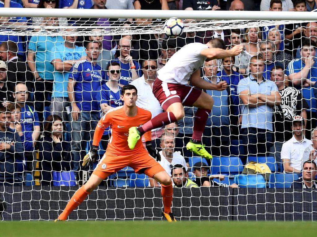 Chelsea sudah ketinggalan tiga gol di babak pertama. Sam Vokes mencetak dua gol, pada menit ke-24 dan 43.(Dylan Martinez/Reuters)