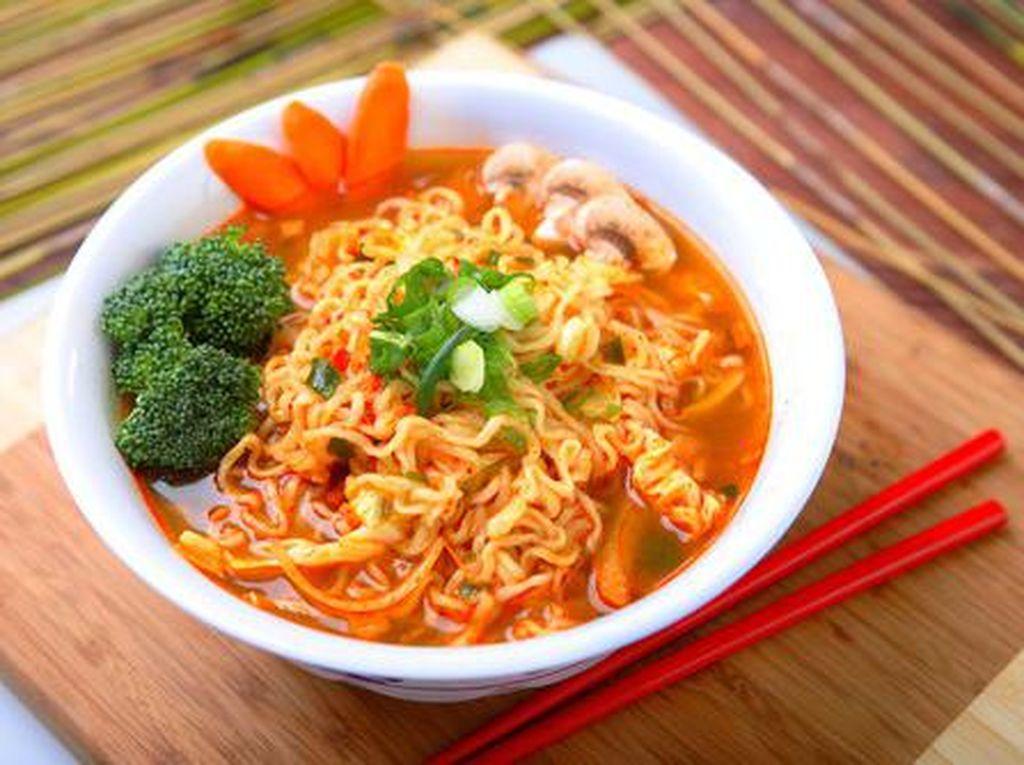 Malam ini kalau ingin sesuatu yang hangat cobalah membuat mie instan rebus. Rasanya bisa Anda pilih sesuai selera, soto, kari ataupun ayam bawang. Kalau suka dengan racikan mie polos, Anda bisa lho menambahkan beberapa jenis sayuran seperti wortel, brokoli dan jamur yang dicampur dengan potongan cabai pedas. (Foto: iStock)