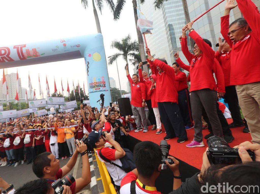 Menko Perekonomian Darmin Nasution dan Menkeu Sri Mulyani melepas peserta jalan santaiStockcode Funwalk di kawasan SCBD Sudirman, Jakarta, Minggu (13/8).