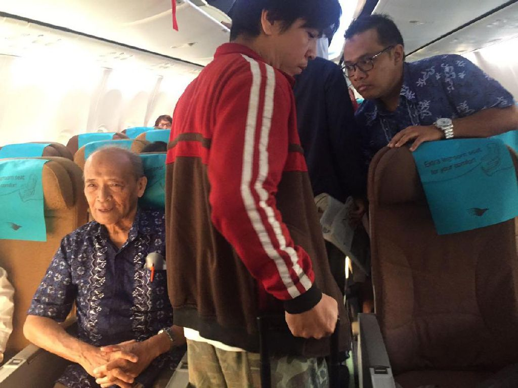 Buya Syafii juga pernah tertangkap kamera naik pesawat ekonomi. (dok. Istimewa)