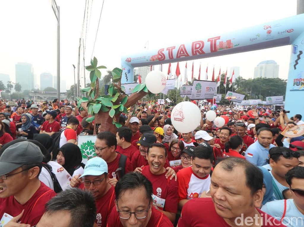Acara jalan santaiStockcode Funwalkuntuk memperingati 40 tahun diaktifkannya kembali pasar modal Indonesia.