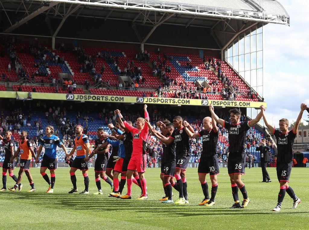 Para pemain Huddersfield mengucapkan salam untuk para pendukungnya yang menempuh sekitar 300 kilometer untuk memberi dukungan langsung ke London. (Foto: Dan Mullan/Getty Images)