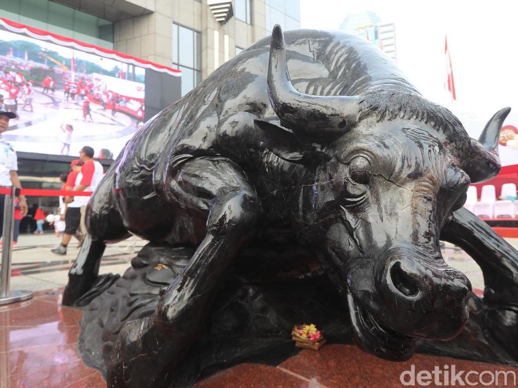 Patung banteng seberat 7 ton itu terbuat dari fosil kayu yang ditemukan di Banten. Patung tersebut dibuat oleh seniman Bali I Made Budiarsa.