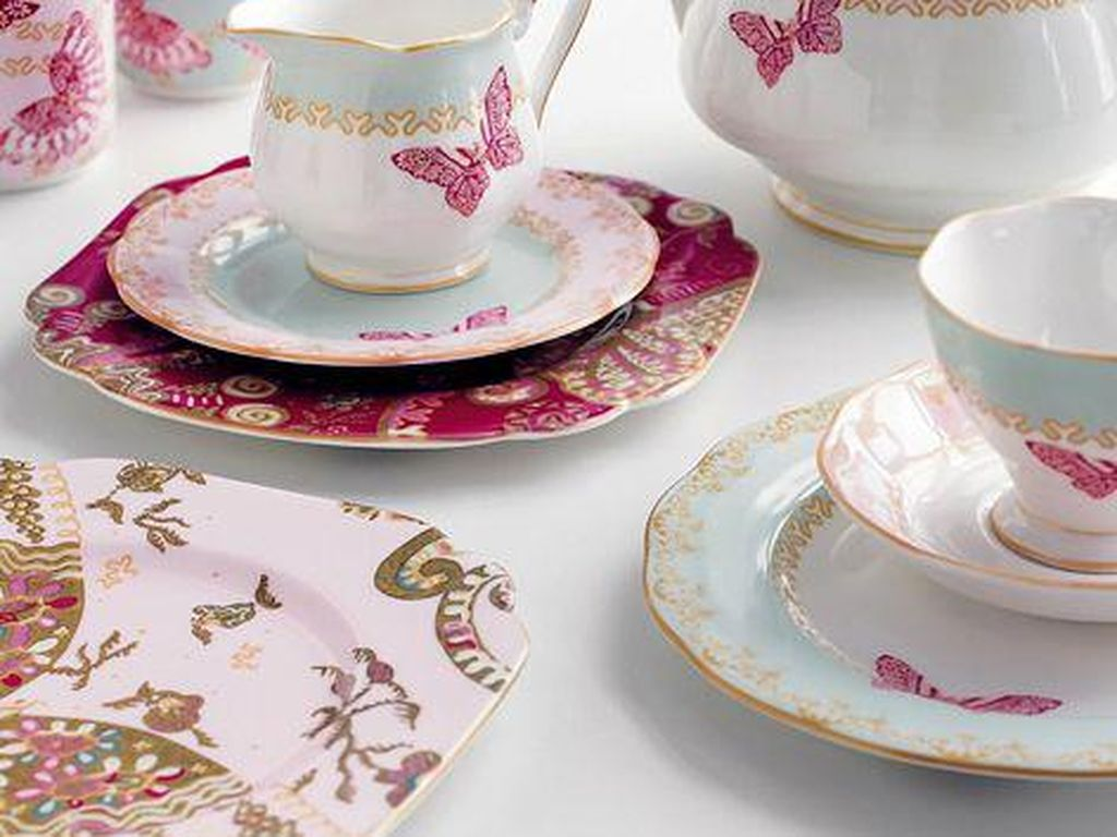 Penyuka warna merah ceria bisa memilih cangkir teh berikut poci dan saucer bermotif senada, Kupu-kupu merah jadi pemikat perhatian. (Foto: Istimewa)