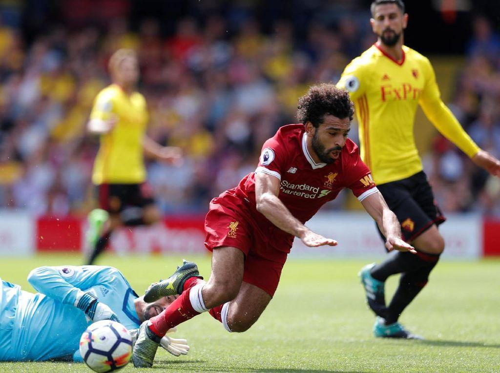 Heurelho Gomes, kiper Watford, terpaksa menjatuhkan Mohamed Salah di kotak penalti dan berujung hukuman untuk timnya (Foto: Action Images via Reuters / Andrew Couldridge)