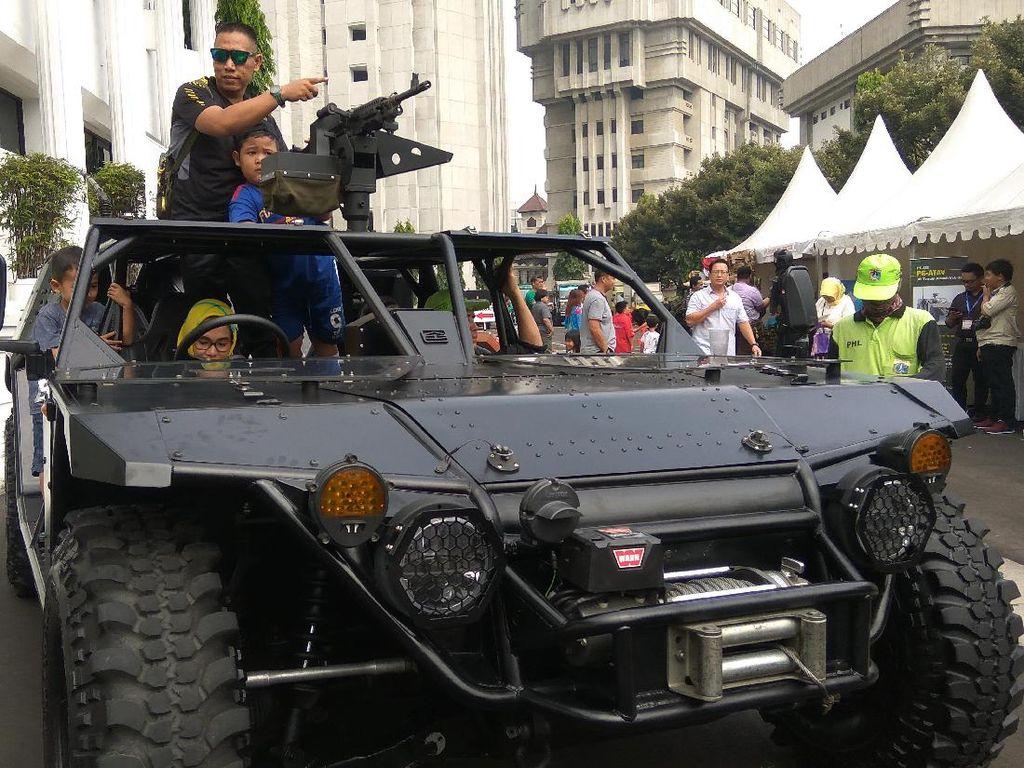 Ini namanya kendaraan All Terrain Assault Vehicle (ATAV) PT SSE , kendaraan yang biasa digunakan TNI AU yang diturunkan langsung dari helikopter (Foto: Mustaqim/detikcom)
