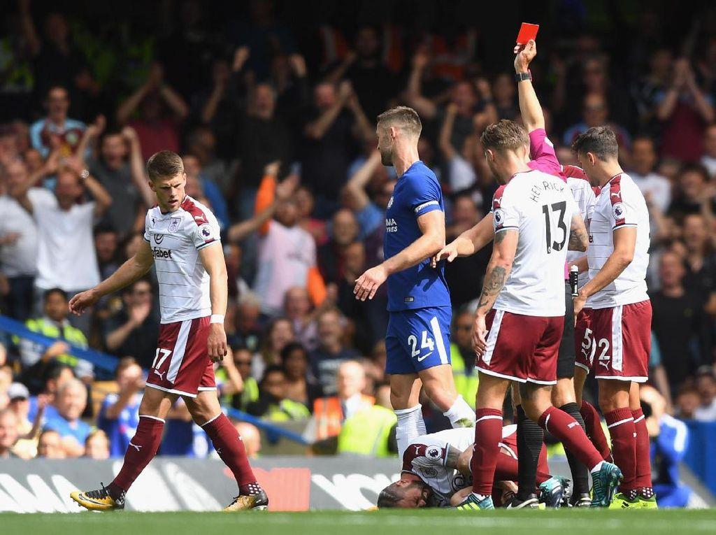 Chelsea malah sudah harus bermain dengan sepuluh orang pada menit ke-14. Gary Cahill mendapat kartu merah langsung karena melanggar Steven Defour.(Michael Regan/Getty Images)
