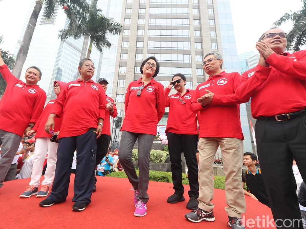 Menko Perekonomian Darmin Nasution dan Menkeu Sri Mulyani saatmelepas peserta jalan santai Stockcode Funwalk di kawasan SCBD Sudirman, Jakarta, Minggu (13/8).