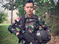 Latar belakangnya di bidang militer juga punya andil yang besar mengapa postur tubuhnya bisa teramat baik. Lihat saja badannya yang tegap berdiri membawa senapan. Foto: Instagram/@agusyudhoyono