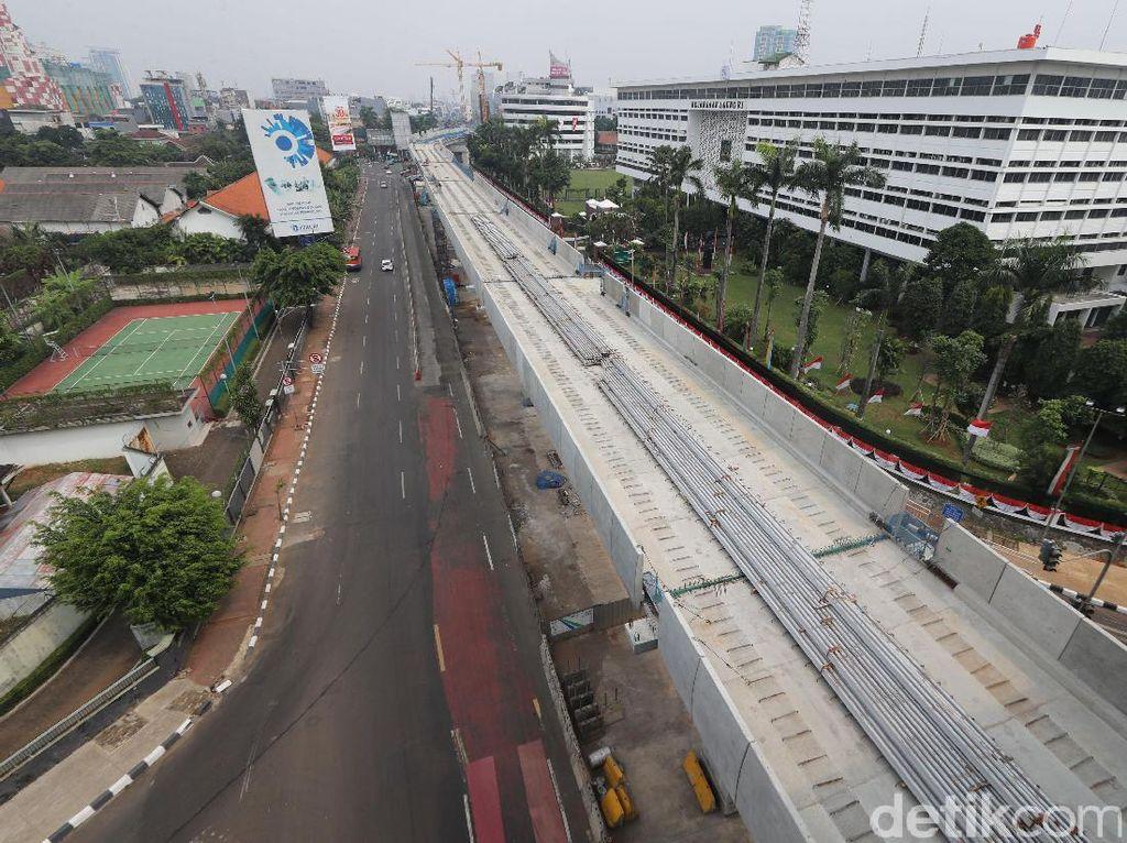 Gubernur DKI Jakarta Djarot Saiful Hidayat menyatakan uji coba MRT Jakarta sudah bisa dilakukan April hingga Mei 2018 mendatang.