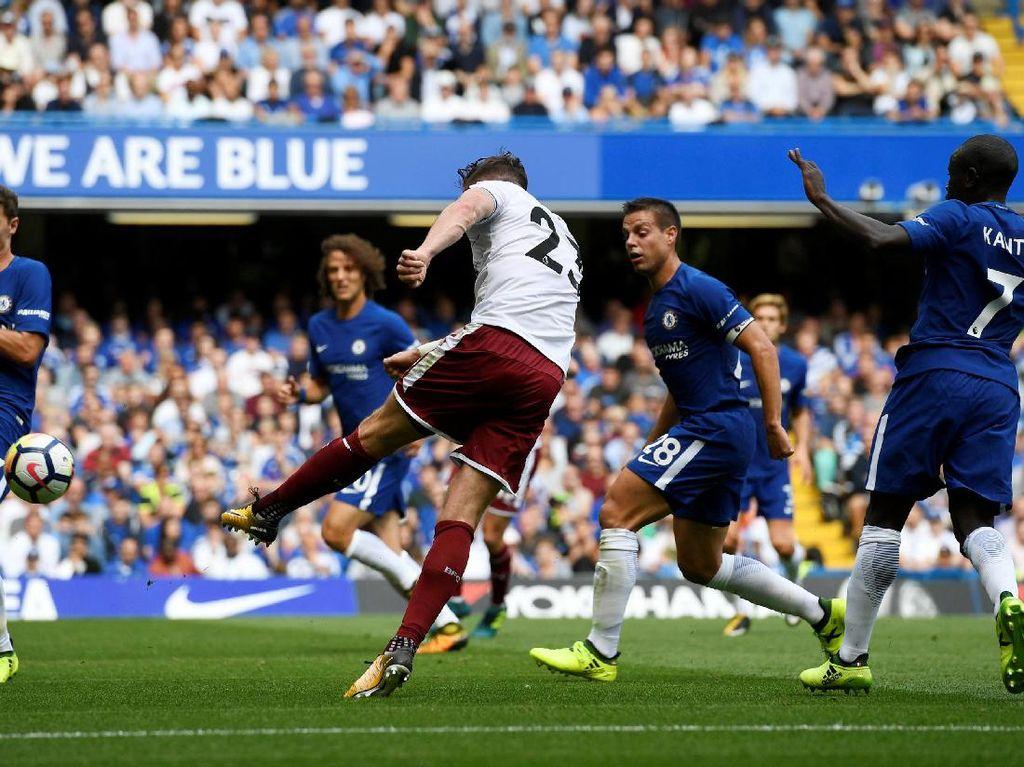 Gawang Thibaut Courtois kebobolan satu gol lain dari Stephen Ward pada menit ke-39.(Tony OBrien /Reuters)