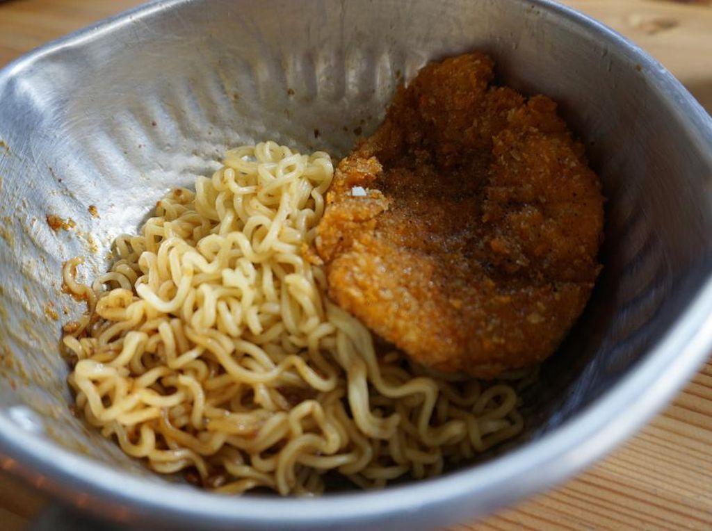 Nah, kali ini mie goreng beserta bumbunya dicampur dengan tambahan saus teriyaki dan disajikan dengan chicken katsu. Sedap! (Foto: Dok. detikFood)