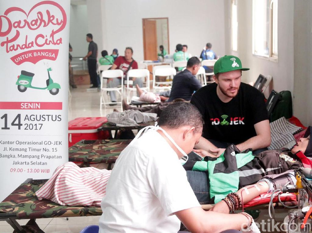 Acara ini diikuti oleh ratusan mitra driver di seluruh Jakarta. Kegiatan donor darah ini digelar dalam rangka Hari Kemerdekaan Republik Indonesia ke 72. Chief Marketing Officer Go-Jek Indonesia, Piotr Jakubowksi mendampingi salah satu mitra driver Go-JeK