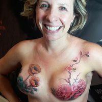 Berkat bantuan tato mastektomi para wanita penyintas kanker mengaku bisa kembali merasa percaya diri. (Foto: Instagram/friday_jones)