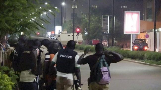 Detail peristiwa itu sendiri masih belum diketahui. Seorang saksi mengatakan suara tembakan bisa terdengar seiring pasukan keamanan dikerahkan ke lokasi.(Reuters/Reuters TV)