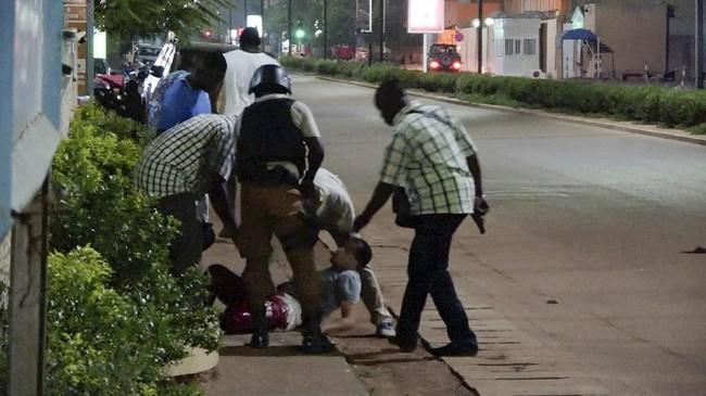 Sebanyak 17 orang tewas dalam serangan yang diduga merupakan aksi teror di ibu kota Burkina Faso, Ouagadougou, Minggu waktu setempat (13/8). (Reuters/Reuters TV)