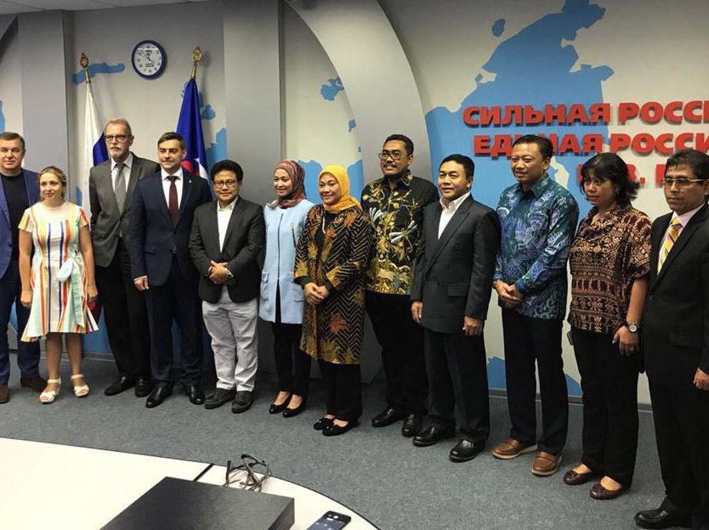 Di depan para pimpinan dan anggota Unites Russia Party (Partai Rusia Bersatu), Muhamin Iskandar menyampaikan bahwa Islam merupakan agama yang damai, rahmatan lilalamin. (Dok. PKB)