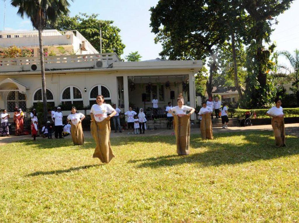 Warga mengikuti lomba balap karung. (KBRI Dar es Salaam).