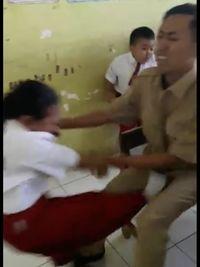 Tanpa ada peringatan, tiba-tiba melayang kaki sang murid ke arah selangkangan guru. (Foto: Facebook/Atika Durrotin)