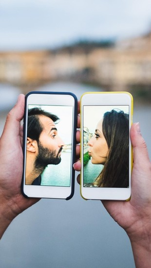 7 Tanda Pasangan Kamu Selingkuh Lewat HP