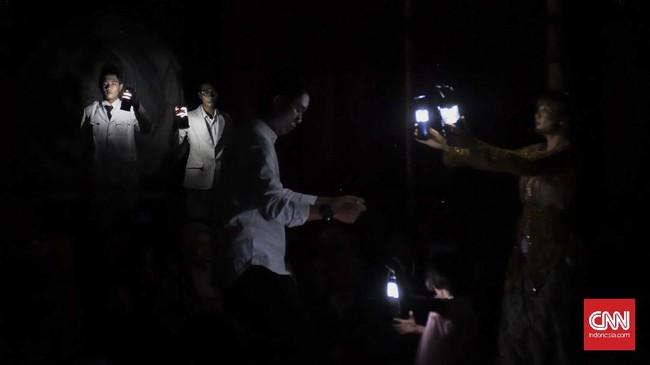 Lakon yang disutradarai Rudolf Puspa, berkisah tentang tiga orang sahabat yang bertemu kembali untuk berpetualang mencari harta karun. (CNN Indonesia/Agniya Khoiri)