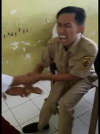 Sambil menunjukkan muka kesakitan, sang guru berusaha untuk tidak melepaskan murid. Memang tidak mudah ya menjadi seorang guru. (Foto: Facebook/Atika Durrotin)