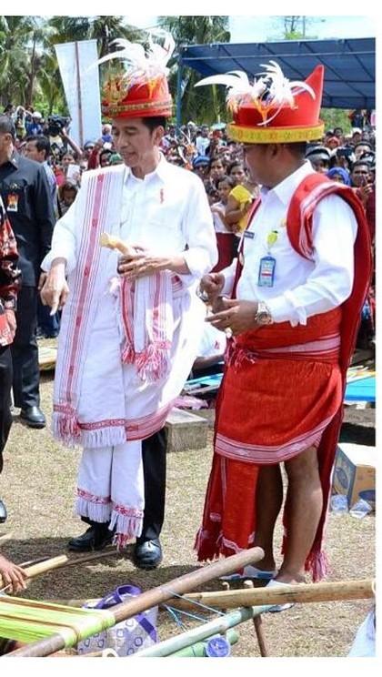Foto: 10 Gaya Presiden Jokowi Pakai Baju Daerah, Indonesia Banget! 1