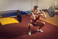 Tidak kalah penting untuk melatih kekuatan kaki sebagai pertahanan saat lomba tarik tambang. Gerakan squats bisa menjadi salah satu gerakan untuk melatih otot-otot pada bokong dan tungkai. (Foto: Thinkstock)