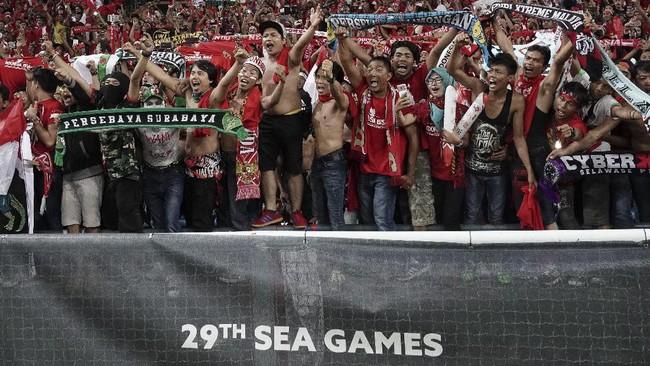 Bermain di Stadion Shah Alam, Selangor, Malaysia, Kamis (17/8) malam, Timnas Indonesia U-22 mendapat dukungan ribuan suporter ketika melawan timnas Filipina. (ANTARA FOTO/Wahyu Putro A)