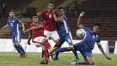 Timnas Indonesia U-22 unggul cepat pada menit ketujuh melalui gol Septian David Maulana (kedua dari kiri) setelah menerima umpan I Putu Gede. (ANTARA FOTO/Wahyu Putro A)