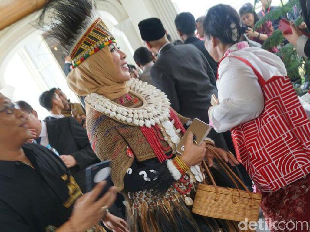 Kalau ini Istri Kapolri yang mengenakan baju khas Papua. Foto: Bagus Prihantoro Nugroho/detikcom