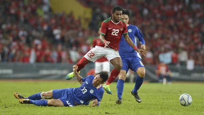 Winger Timnas Indonesia U-22 Yabes Roni (22) berebut bola dengan pesepakbola Filipina U-22 Joshua Jake. Gol ketiga Indonesia dicetak Saddil Ramdani di babak kedua. (ANTARA FOTO/Wahyu Putro A)