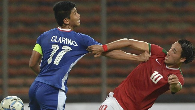 Meski tidak mencetak gol tapi Ezra Walian (kanan) bermain cukup apik ketika Timnas Indonesia U-22 mengalahkan Filipina 3-0. Gol Muhammad Hargianto dan Saddil Ramdani tercipta berawal dari pergerakannya. (ANTARA FOTO/Wahyu Putro A)