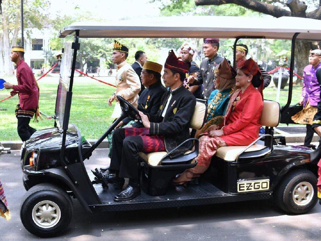 Ini momen Jokowi menyopiri Wapres JK dan para istri. Foto: Biro Pers Setpres