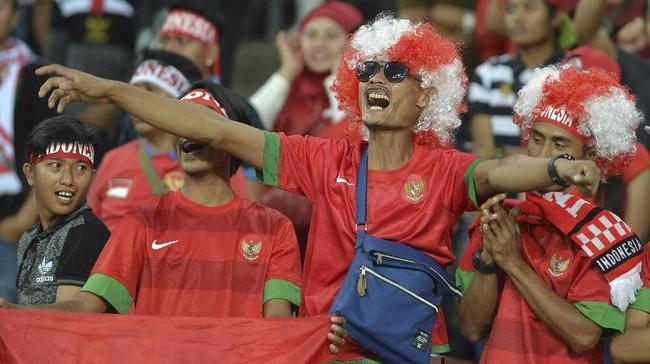 Dukungan penuh suporter membuat Timnas Indonesia U-22 terus termotivasi ketika melawan Filipina. Di babak pertama Indonesia menambah satu gol melalui Muhammad Hargianto pada saat injury time. (ANTARA FOTO/Wahyu Putro A)
