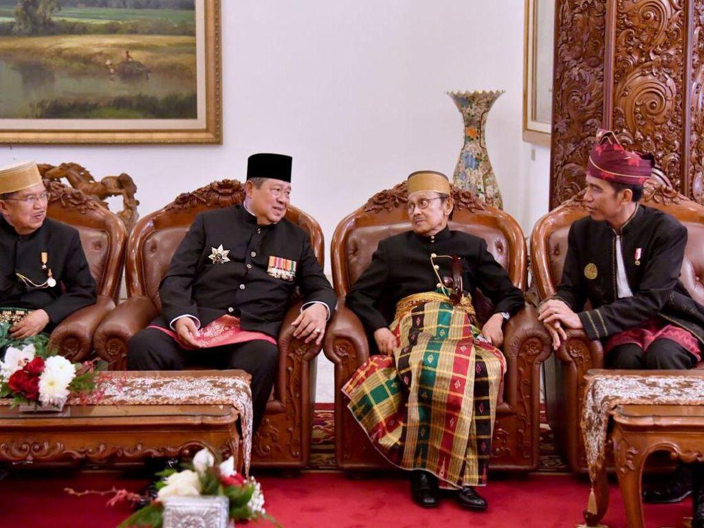 Wapres JK, SBY, BJ Habibie, dan Presiden Jokowi terlibat perbincangan seru. Foto: Biro Pers Setpres