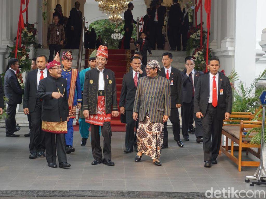 Presiden Jokowi berbincang dengan Mensesneg Pratikno (kiri) dan Seskab Pramono Anung (kanan) di Istana. Foto: Bagus Prihantoro/detikcom