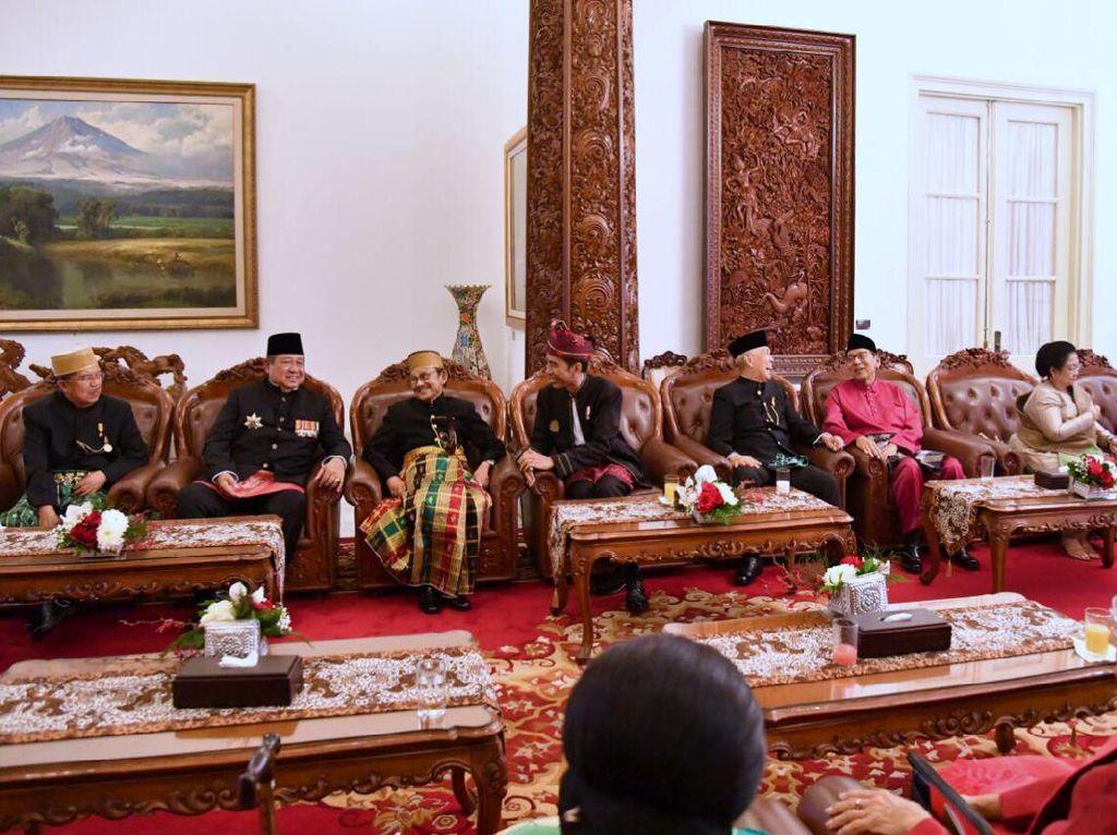 Ini momen saat semua tokoh yang pernah dan masih memimpin Negara berbincang akrab di Istana Merdeka. Foto: Biro Pers Setpres